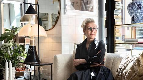 Yrittäjä Irene Lemmetti-Haaranen on pitänyt kivijalkaliikettään samassa osoitteessa Helsingin Fredrikinkadulla 30 vuotta.