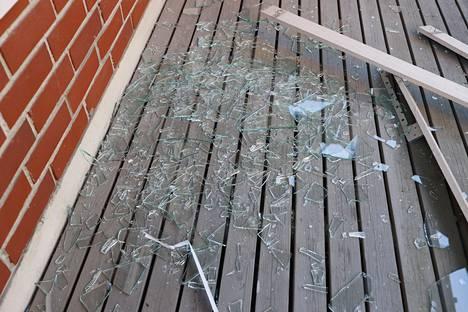 Hajonneen ikkunan sirpaleita.