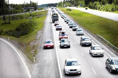 Uusien henkilöautojen myynti on ollut alamaissa neljä kuukautta peräjälkeen.