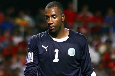Saudi-Arabian jalkapallomaajoukkueen maalivahdin Waleed Abdullahin hiukset saksittiin kentän laidalla.