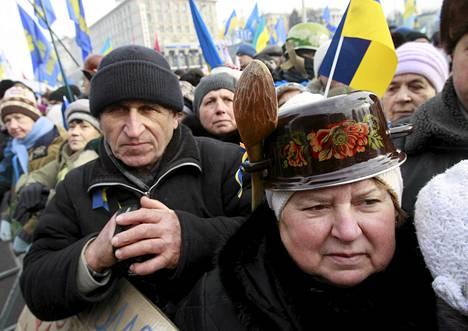 EU-myönteiset mielenosoittajat kokoontuivat Itsenäisyyden aukiolle Kiovassa sunnuntaina.