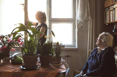 Iida Nenonen (vas.) hankkii taskurahaa siivoamalla vanhusten kotona. Salme Höglund osti ikkunanpesuapua ensimmäistä kertaa.