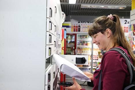 "Salla Kalliokoski picked up the package from Posti's automatic Räk kiosk at Läkkisepänkuja:  It's nice to have a vending machine. """