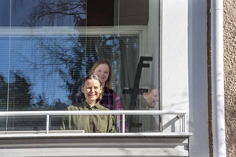 Rita Häkkinen (edessä) ja Marja Vornanen muuttivat asuntoon, jonka olivat nähneet ainoastaan videon välityksellä. He eivät myöskään olleet käyneet Pajamäessä ennen muuttopäätöstä.