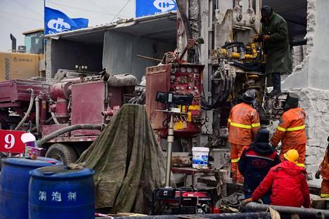 Pelastustyöntekijöitä onnettomuuspaikalla Kiinan Qixiassa keskiviikkona.