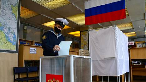 Venäjän laivaston kadetti äänesti Venäjän perustuslain muutoksia koskevassa kansanäänestyksessä Vladivostokissa keskiviikkona 1. heinäkuuta.