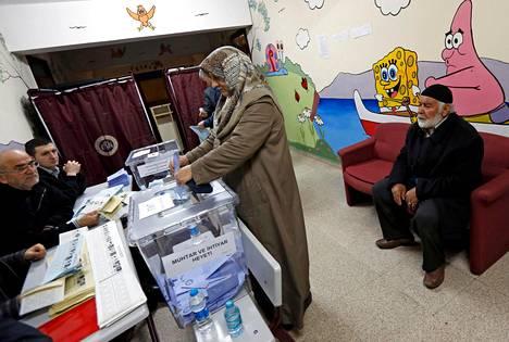 Turkkilaisnainen äänesti paikallisvaalien äänestyspaikalla Istanbulissa sunnuntaina.
