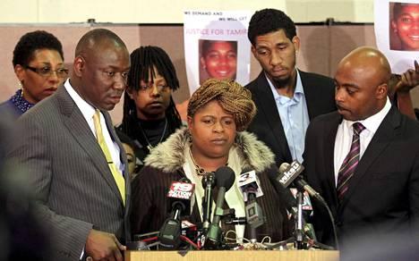 Poliisin ampuman pojan äiti Samaria Rice (keskellä) puhui tiedotustilaisuudessa joulukuussa 2014.