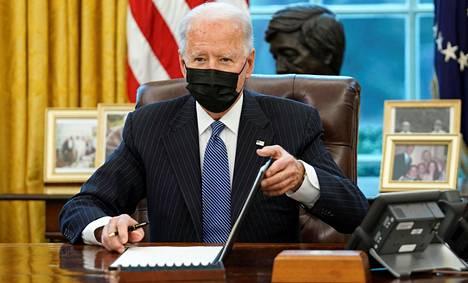 Joe Biden on allekirjoittanut monia määräyksiä, joilla irtisanoudutaan Donald Trumpin presidenttivuosista.