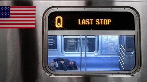 New Yorkin metro keskeytti yöliikenteen ensi kertaa 115 vuoteen keskiviikkona. Päätös vaikeuttaa kaupungin asunnottomien tilannetta entisestään.