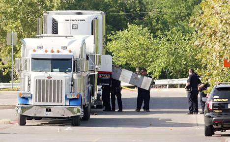 Täynnä ihmisiä ollut rekan peräkärry löytyi sunnuntaina pysäköitynä Walmartin parkkipaikalle San Antoniossa, Teksasissa. Poliisi tutki rikospaikkaa.