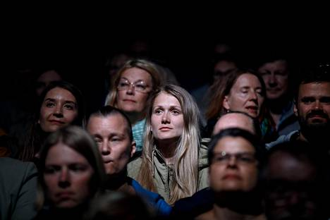 (20.36) Yleisön viimeiset hetket ennen valojen sammumista ja perjantai-illan odotetun Tulinen tyttö -mykkäelokuvan alkua. Pimeyden laskeuduttua telttaan ajan täytyy vain antaa kulua. Elokuvan aika on maailma, jonka etenemiseen ei voi vaikuttaa.