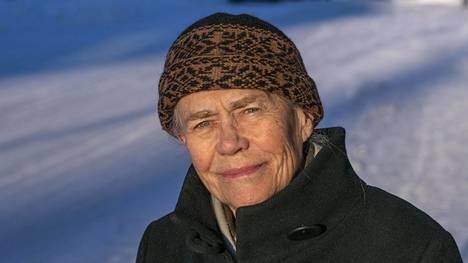 Näyttelijä Liisi Tandefelt Mikkelin teatterin edustalla Ristimäenkadulla, taustalla Päämajamuseo.