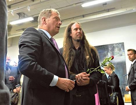 Valmistuva taiteilija Lauri Rajamäki esitteli työtään presidentti Sauli Niinistölle torstaina Helsingin Kaapelitehtaalla.