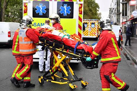 Hyökkäyksen uhria siirrettiin ambulanssiin Pariisissa perjantaina.