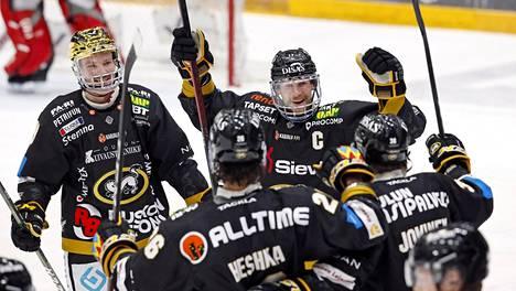 Kärppien kultakypärä Cody Kunyk (vas.), Shaun Heshka, Mika Pyörälä ja Jussi Jokinen juhlivat Jokisen 2-0-maalia ottelussa Sportia vastaan.