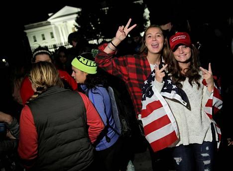 Trumpin kannattajat näyttivät voitonmerkkejä Valkoisen talon edustalla.