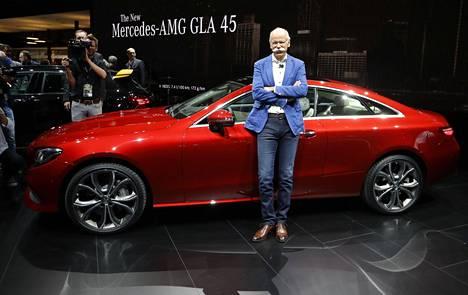 Daimlerin johtaja Dieter Zetsche poseerasi autonäyttelyssä Detroitissa tammikuussa.