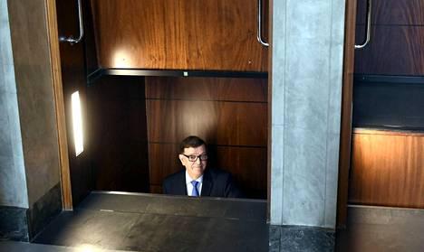 Kansanedustajan työhön palannut Paavo Väyrynen käytti tiistaina eduskunnan pater noster -hissiä.