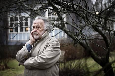 """Pentti Sammallahti opetti valokuvausta Taideteollisessa korkeakoulussa viisitoista vuotta: """"Hyvä opettaja on sellainen, jonka oppilaista tulee häntä itseään parempi"""", hän sanoo. Sammallahti kuvattiin kotipihassaan Helsingin Kumpulassa."""