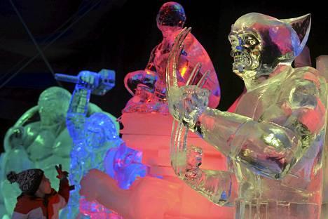 Lapsi katsoi Wolverinestä, Hämähäkkimiehestä, Thorista ja muista sarjakuvahahmoista tehtyjä jääveistoksia Brysselin Ice Magic festivaaleilla. Noin 20 artistia ympäri maailmaa käytti 420 tonnia jäätä veistoksiin.