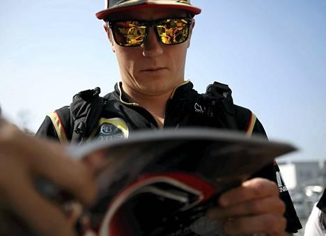 Kimi Räikkönen kirjoitti nimikirjoituksia kolme viikkoa sitten Suzukan kisassa Japanissa.