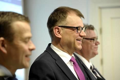 Valtiovarainministeri Petteri Orpo, pääministeri Juha Sipilä ja ulkoministeri Timo Soini infossa Kesärannassa maaliskuussa.