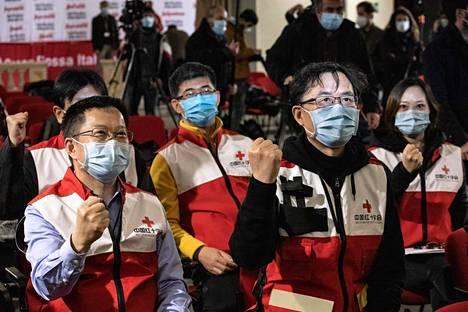 Kiinan Punaisen ristin lääkäreitä lehdistötilaisuudessa Roomassa 13. maaliskuuta, jolloin Kiinasta saapui lääkäriryhmä Italiaan tukemaan koronaviruksen vastaisia ponnisteluja.