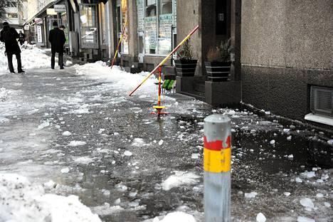 Mies kuoli jäätyään kerrostalon katolta pudonneen lumen alle Helsingin Hakaniemessä tammikuussa 2011.
