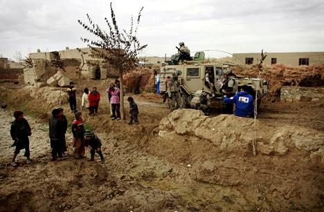 Afganistanilaiset lapset kerääntyivät ihmettelemään, kun Isaf-kriisinhallintajoukon suomalaiset sotilaat pysähtyivät partiotehtävässään tauolle kylän laidalle Charar Bolakin piirikunnassa marraskuussa 2011.