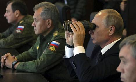 Venäjän presidentti Vladimir Putin katseli kiikarilla Zapad 2017 -harjoitusta syyskuussa 2017.