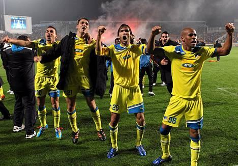 Apoelin pelaajat juhlivat sensaatiomaista voittoaan Mestarien liigassa.