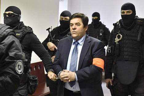 Raskaasti aseistautuneet poliisit toivat Marián Kočnerin oikeuteen tammikuussa.