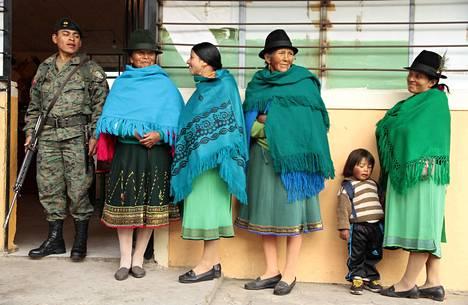 Alkuperäiskansaan kuuluvat naiset jonottivat eilen äänestämään Cangahuassa pääkaupunki Quiton lähellä.