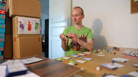 Yksi Sami Styrmanin asunnon huoneista toimittaa yrityksen toimiston virkaa. Siellä Styrman varastoi pelejä ja suunnitteluvaiheessa olevia prototyyppejä.