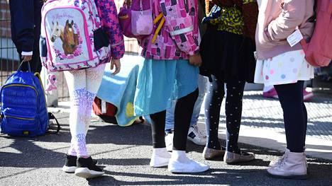Oppilaat olivat pukeutuneet kevätjuhlaa varten Kirstin koulussa Espoossa perjantaina.