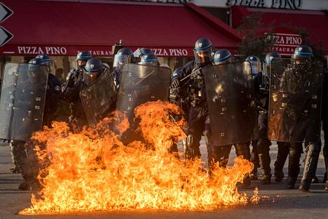 Poliiseja kohti heitettiin polttopullo keltaliivien mielenosoituksessa Lyonissa Ranskassa helmikuussa.