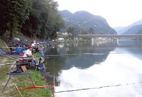 Seurajoukkueet harjoittelivat torstaina MM-kisapaikalla Slovenian Redicessä. Etualalla Unkarin joukkue.