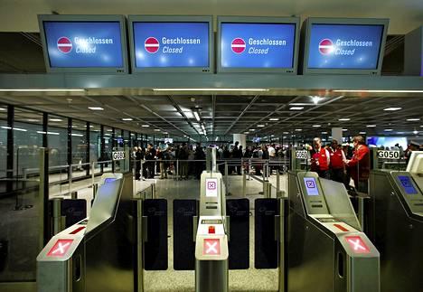 Turvatarkastajat lakkoilevat Frankfurtin lentokentällä. Turvaportteja on suljettu.