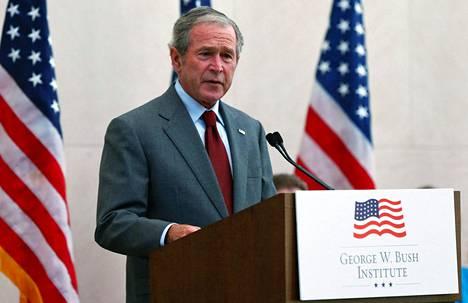 Heinäkuussa 2013 George W. Bush puhui Dallasissa tilaisuudessa, jossa maahanmuuttajille myönnettiin kansalaisuuksia. Vuonna 2021 entinen presidentti osallistuu jälleen Yhdysvaltojen polarisoituneeseen maahanmuuttokeskusteluun ja pyytää kongressilta nykyistä kunnioittavampaa retoriikkaa.