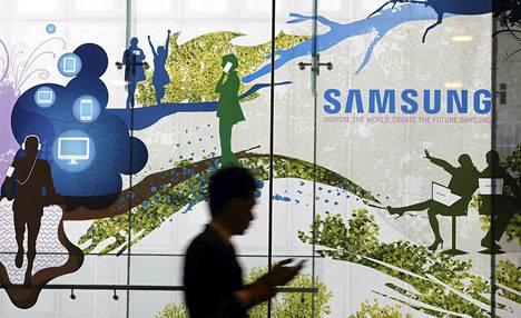 MIes käveli Samsungin mainoksen ohi Soulissa perjantaina.