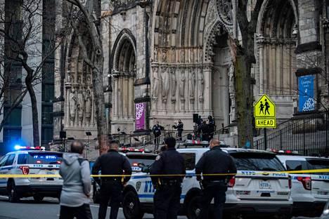 Poliisit jatkoivat tutkimuksia katedraalin ulkopuolella vielä tilanteen rauhoituttuakin.