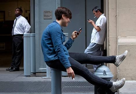 Toimistotyöläisiä tupakkatauolla New Yorkissa syyskuussa 2013.