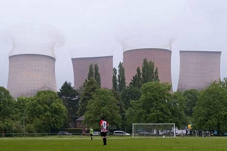 Jalkapalloilijat pysähtyivät ihmettelemään tornien räjäytystä.