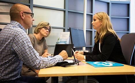 """Jaana ja Tapio Ahlblad tekivät tiistaina Tikkurilan Nooa-säästöpankissa sopimuksen uudesta asuntolainasta. """"Meille tärkeintä on se, että saa henkilökohtaista palvelua. Varmasti marginaalitkin ovat ihan kilpailukykyisiä"""", Jaana Ahlblad sanoo. Pariskuntaa palveli Anni Olkinuora."""