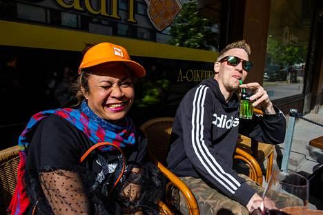 Tanawat Chuaisuk (vas) ja Heikki Keinänen nautiskelivat auringosta ja oluesta Siima-baarin terassilla Helsingin Vaasankadulla.