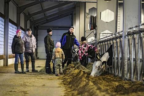 Virtaloiden maitotila Soinissa selvisi EU-ajan tuomista haasteista. Vanha isäntäpari Salme ja Sauli virtala asuu nykyisin Soinin keskustassa, ja tilaa pyörittää poika Anssi Virtala puolisonsa Saara Virtalan kanssa. Kuvassa myös perheen lapset.