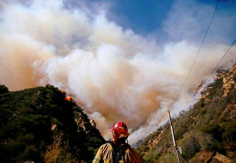 Kalifornian maastopalot ovat osavaltion historian tuhoisimmat. Kuvassa paloa sammutetaan Malibussa 11. marraskuuta.