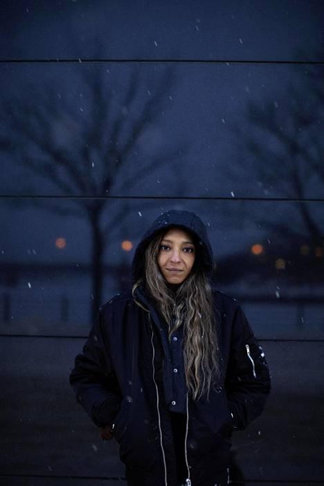 Helsingin Hakaniemessä kuvatun Suad Khalifan ensimmäinen sooloalbumi Waves ilmestyi perjantaina 22. tammikuuta.