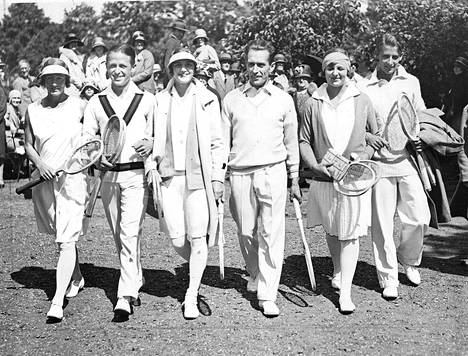 Neiti Evelyn Collier (Englanti), Young Cohen (USA), Eileen Bennot (Englanti), H.Cochet (Ranska), Betty Nuthall (Englanti) ja Bunny Austin (Englanti) osallistuivat Wimbledoniin vuonna 1939. Järjestys vasemmalta lukien.